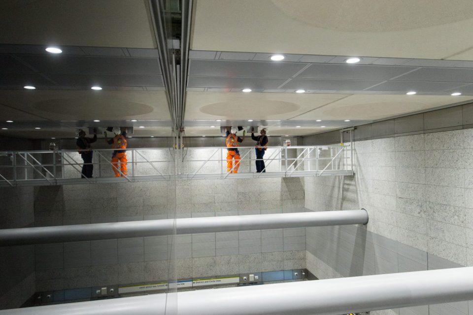 Een verrijdbaar platform in het Victoria metrostation Londen
